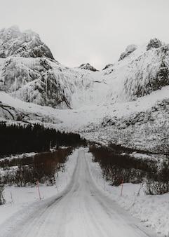山の間の雪道