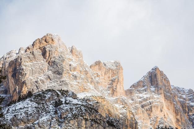 산에 눈 덮인 날씨