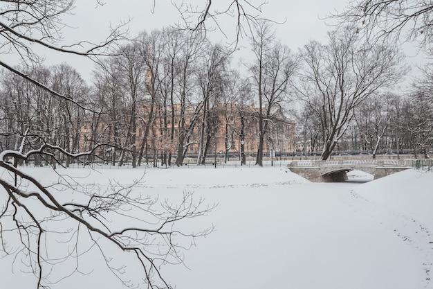 Снежная зима в михайловском саду в санкт-петербурге, россия.