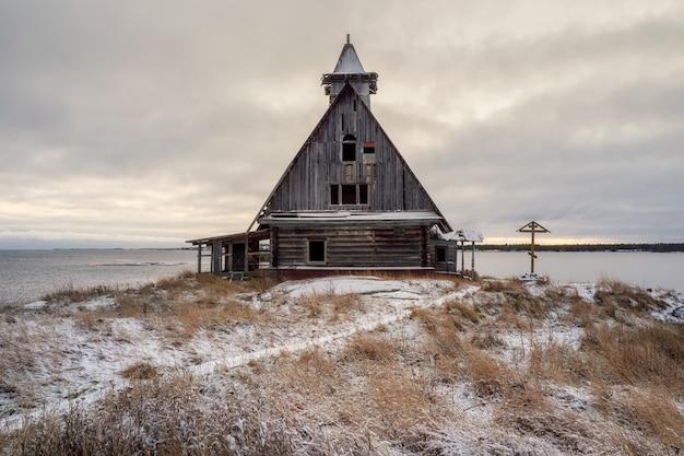 러시아 마을 rabocheostrovsk의 해안에 정통 영화관이있는 눈 덮인 겨울 풍경.