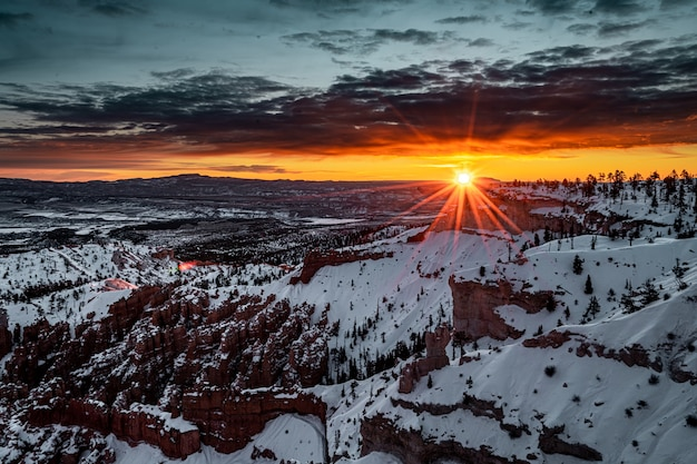 雪の降る冬の風景