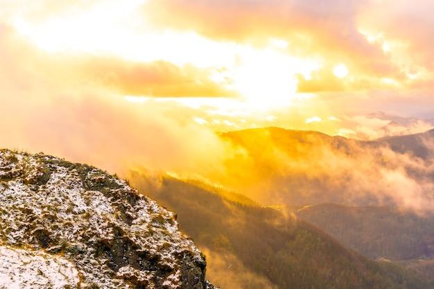 スペイン、サンセバスチャン近くのオイアルツンの町のペーニャスデアヤ山に沈む雪の降る冬の夕日