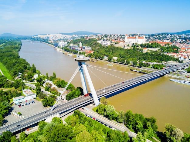 브라 티 슬라바에서 danude 강 공중 파노라마보기를 통해 snp 새 다리. 브라 티 슬라바는 슬로바키아의 수도입니다.
