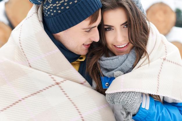 Rannicchiarsi con una persona cara in inverno