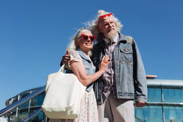 너무 아름다워. 함께 다리에 서있는 동안보기를 즐기는 긍정적 인 기쁘게 부부