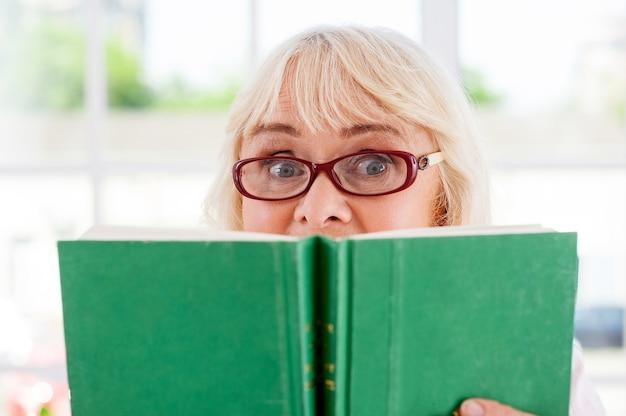 너무 신나는 책! 책을 들고 밖을 내다보고 놀란 수석 여성