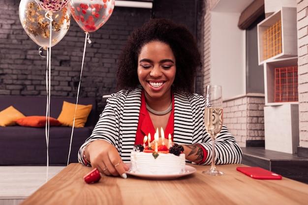 너무 배고파. 그것을 먹고 싶어하는 동안 그녀의 생일 케이크를보고 쾌활한 좋은 여자