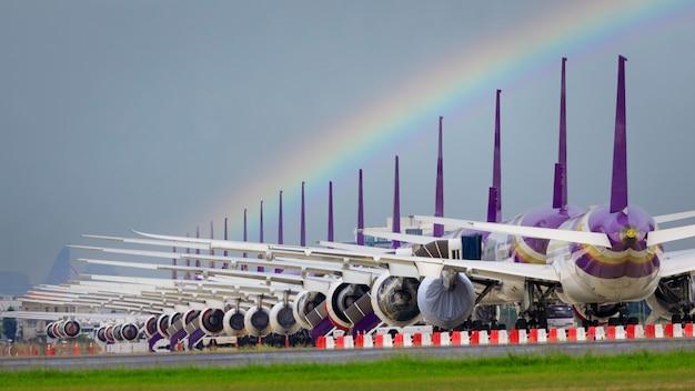 Так много самолетов стоят в очереди на взлетно-посадочной полосе в ожидании взлета. эти самолеты ввс являются частью службы остановки операции для перевозки в ситуации covid-19. в тайланде