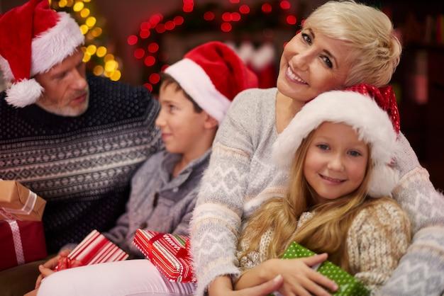 クリスマスのお祝いの間にとても多くの愛