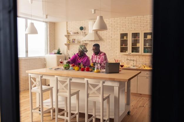 Так романтично. счастливая радостная пара вместе готовит ужин, наслаждаясь этим процессом