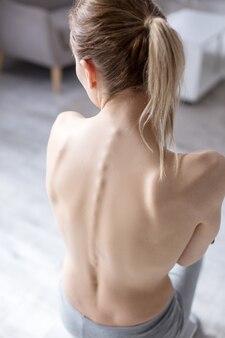 Такой тонкий. вид сверху на спину молодой модели, страдающей анорексией