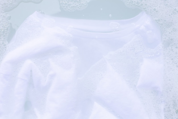 洗濯前に布を浸し、白いtシャツ