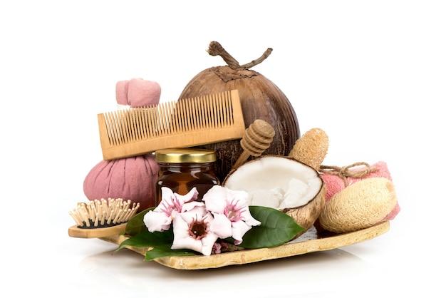 Замочите волосы кокосовым орехом макапун и медом, изолированным на белом фоне.