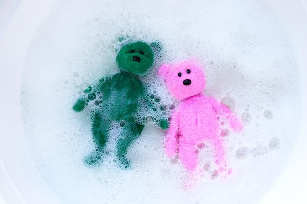 おもちゃのクマを洗濯洗剤の水に浸してから洗う