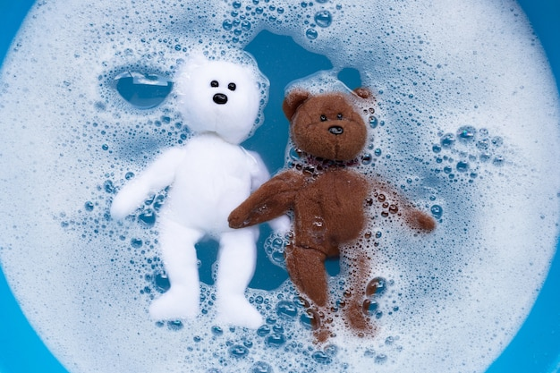 Замочите игрушечного мишку в стиральном порошке до растворения воды перед стиркой.