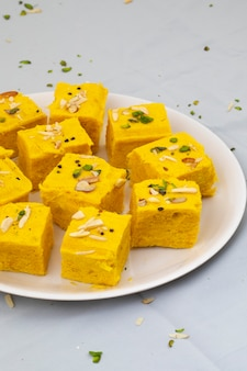 インドの特別な伝統的な甘い食べ物soan papdi