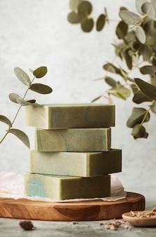 Композиция из мыла и растений на деревянной доске