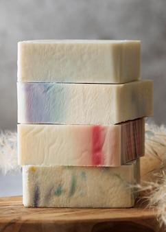 Композиция мыла на деревянной доске