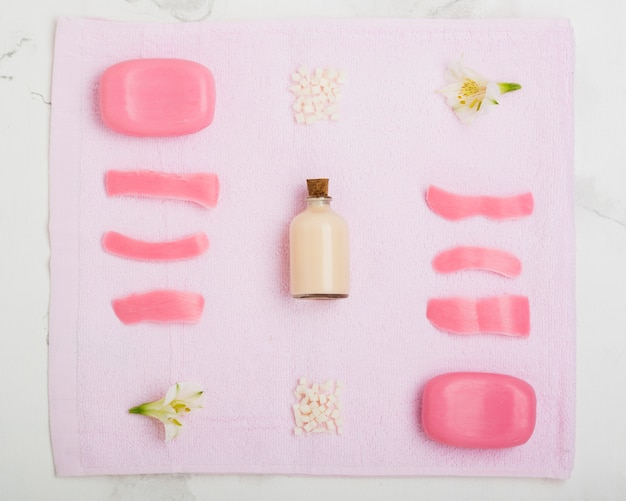 Мыло и цветы на полотенце