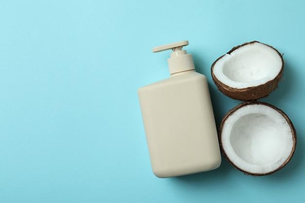 Мыльная бутылка и кокос на синем фоне