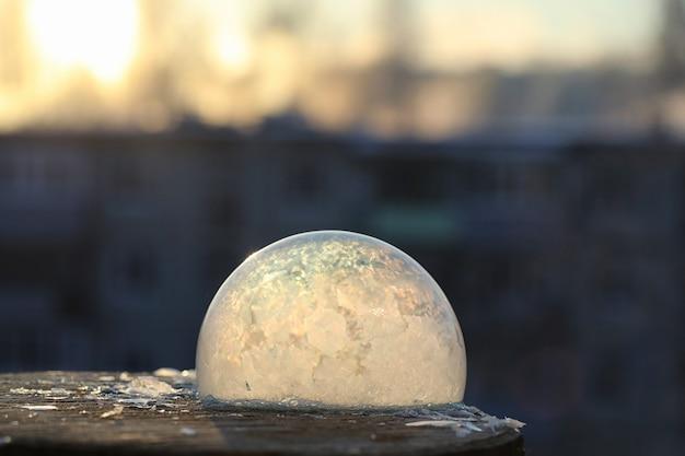 シャボン玉は寒さで凍ります。冬の石鹸水は空気中で凍結します。