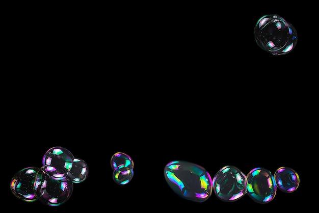 Мыльные пузыри, изолированные на черном фоне. скопируйте пространство.