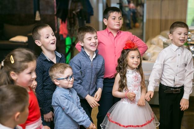 비눗방울은 어린이 파티에서 광대를 보여줍니다.