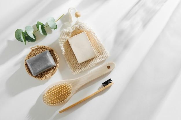 비누 에코백, 대나무 칫솔, 천연 브러시 에코 화장품 및 도구. 제로 웨이스트, 플라스틱 프리. 지속 가능한 라이프 스타일 개념입니다.