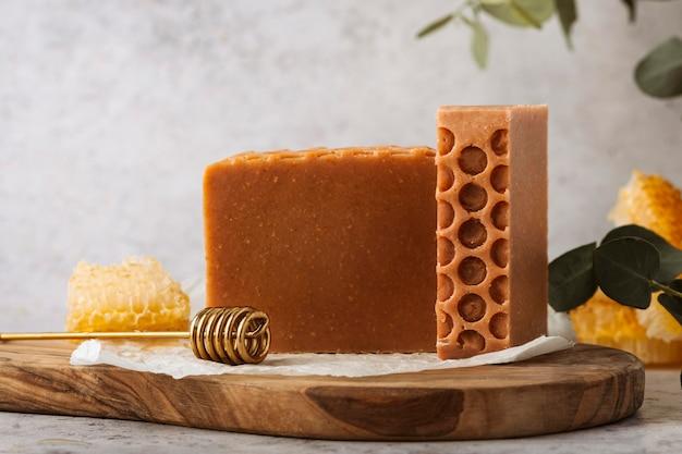 Disposizione di sapone e favo di miele