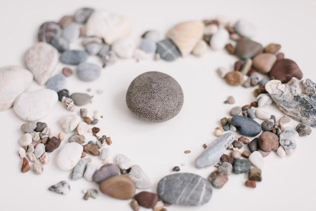 Мыло с ракушками и камнями на белом Premium Фотографии