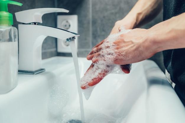 トイレに手を浸す