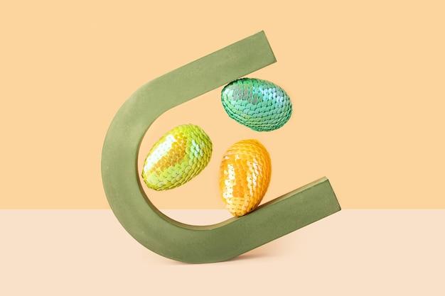 Парящие красочные яйца в геометрической форме арки