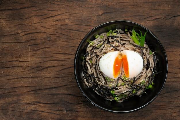 계란과 간장을 곁들인 메밀 국수