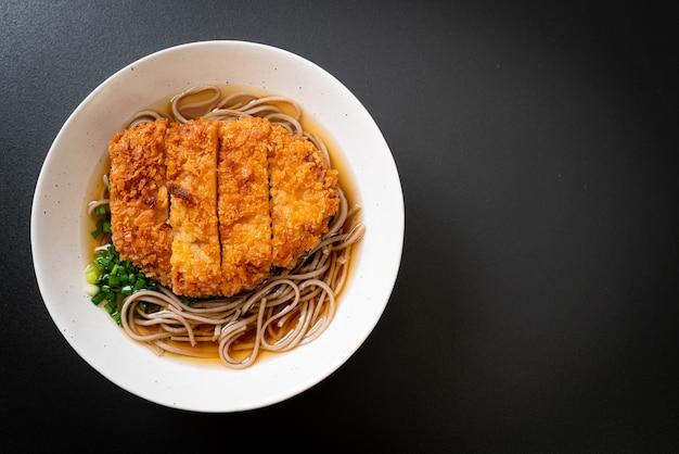 돈까스 (돈까스)를 곁들인 소바라면-아시아 음식 스타일