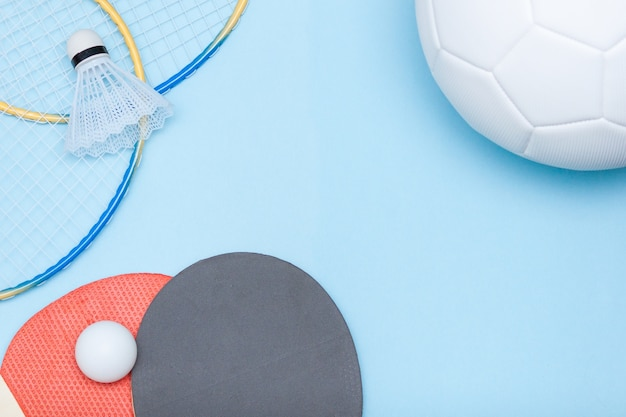 Футбольный мяч, бадминтон и оборудование для настольного тенниса
