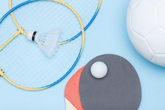 サッカーボール、バドミントン、卓球用具。さまざまな種類のスポーツコンセプトからの選択。