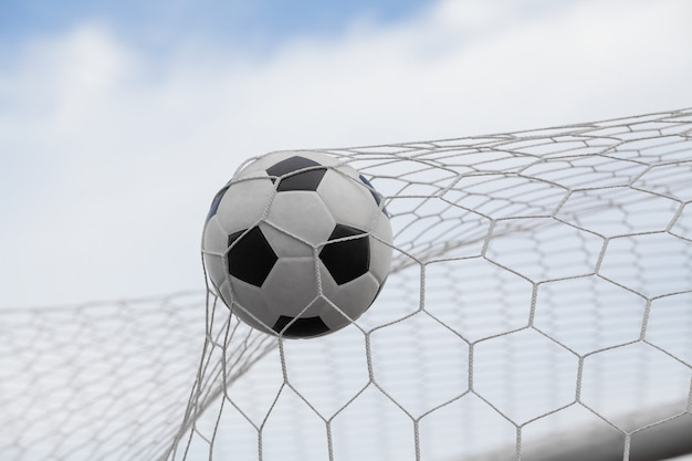 青い空とゴールにサッカーボール