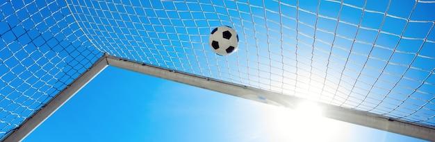 Футбольный мяч в воротах. концепция футбола