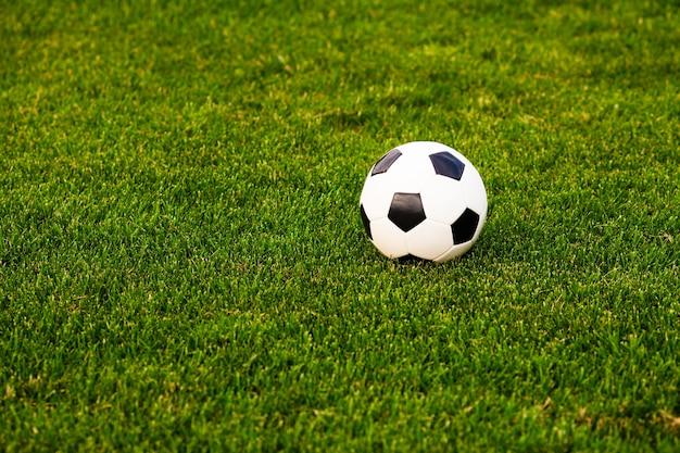 푸른 잔디 클로즈업에 축구공입니다. 개념 - 축구 열정
