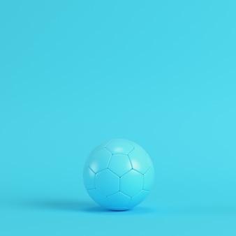 Футбольный мяч на ярко-синем фоне