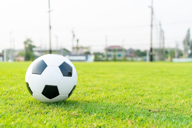 Футбольный мяч на фоне футбольного поля с копией пространства