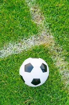 Футбольный мяч на футбольном поле