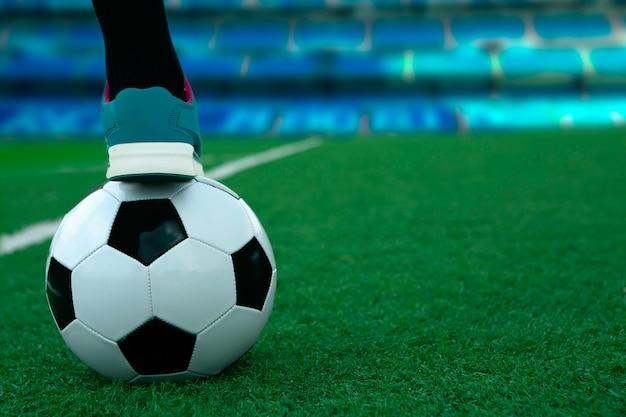 草の上にサッカーボール。女子サッカー