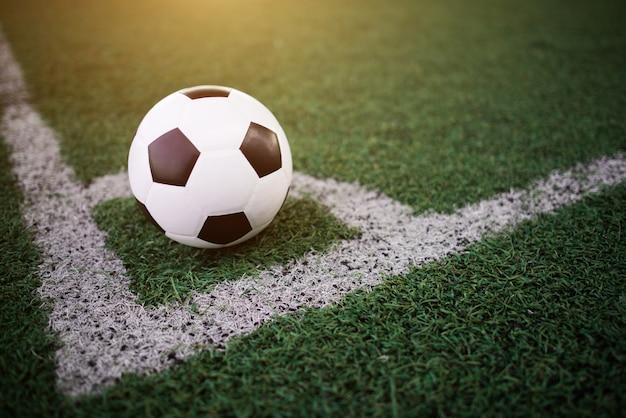 Футбольный мяч на белой линии на стадионе