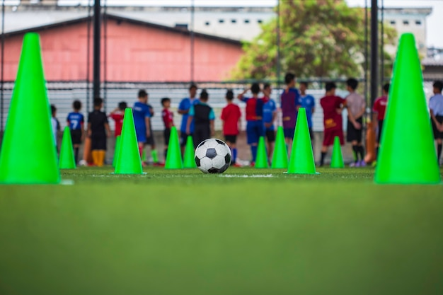 축구에서 훈련 배경 훈련 어린이 잔디 필드에 축구 공 전술 콘