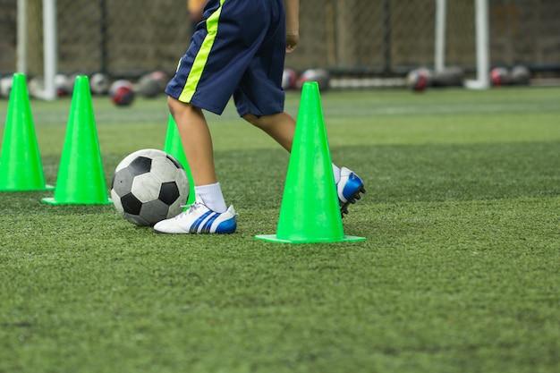 백그라운드에서 훈련 태국에 대 한 콘 잔디 필드에 축구 공 전술 축구 아카데미에서 훈련 어린이