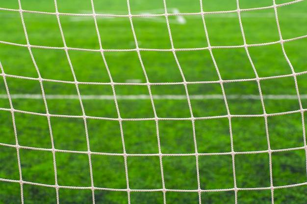 Футбольное (футбольное) поле крупным планом. спортивная сетка на футбольных воротах.