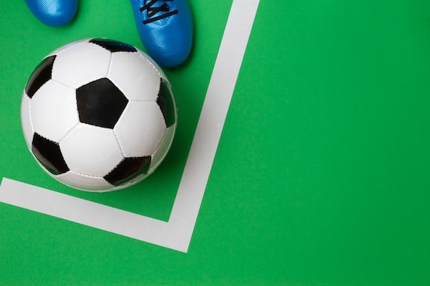 Футболист футболист удар футбольного мяча на зеленом фоне