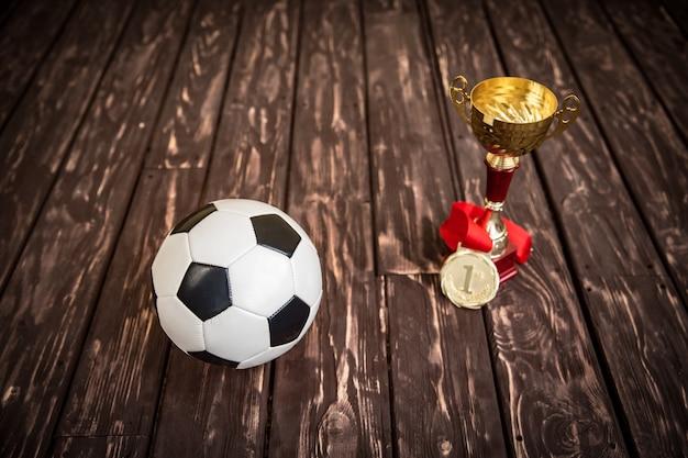 サッカーゲームのコンセプト。ボール、トロフィー、メダル