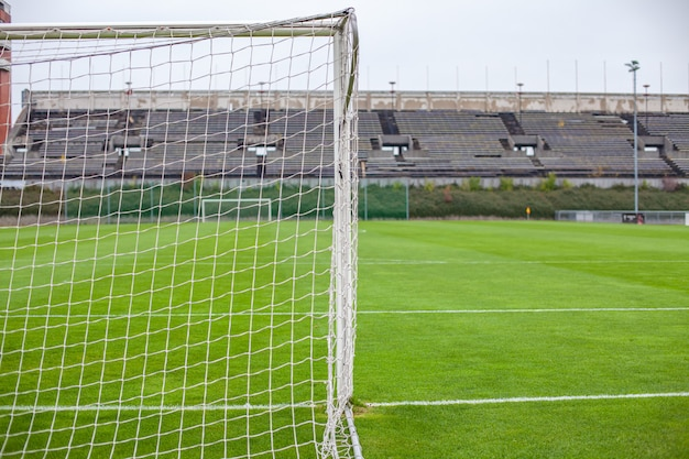 Футбольные ворота на зеленом травянистом поле